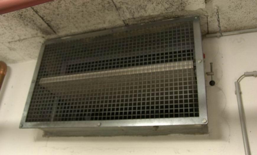 A tűzvédelmi csappantyú képe egy kereskedelmi épület mélygarázsában.